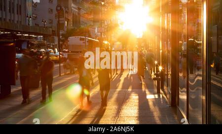 Le soleil brille sur la diversité des foules de gens marchant dans la rue animée sur la 34e Rue à Midtown Manhattan à New York City NYC Banque D'Images