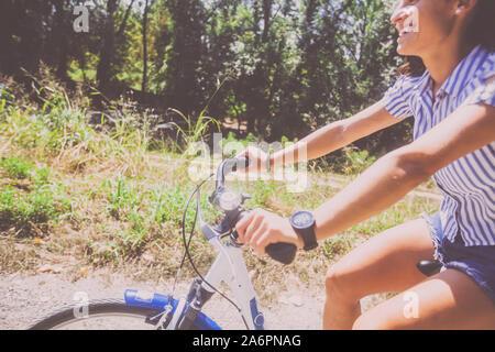 Vue rapprochée de jolie femme en jeans shorts circonscription location dans le parc le jour d'été.