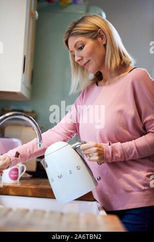 Remplissage électrique avec de l'eau femme Banque D'Images