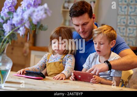 Père l'interaction avec les enfants Banque D'Images