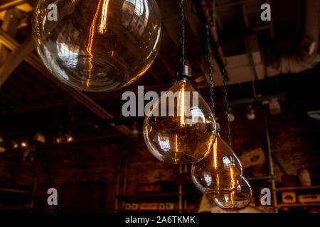 Ampoules en verre grand vintage avec orange glow Banque D'Images