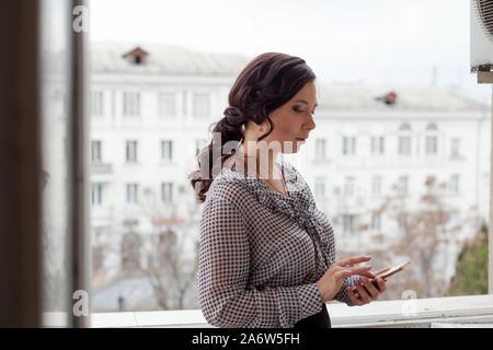 Femme Asiatique en tailleur parle in office Banque D'Images