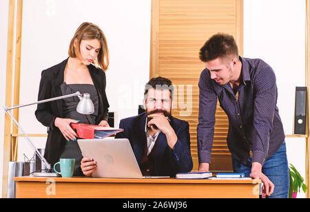 Le travail d'équipe en action. Travail de l'équipe Entreprises et de communiquer ensemble au bureau, compétences de communication et d'équipe. Promouvoir le travail d'équipe et renforcer le partenariat. Le travail d'équipe efficace. Banque D'Images