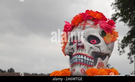 Crânes de sucre décoré de fleurs et beaucoup d'espace de copie plus de ciel gris Banque D'Images
