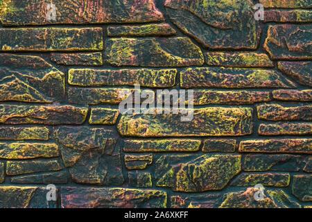 Mur de briques multicolores. La peinture fluorescente sur fond coloré abstrait. Architecture multicolore texture. Carreau décoratif lumineux Motley avec pai Banque D'Images