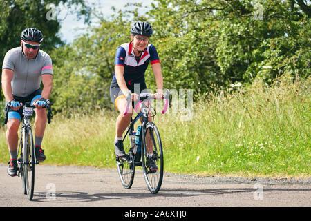 ROTHBURY, Newcastle upon Tyne, England, UK - Juillet 06, 2019: équitation le long d'un chemin de campagne à l'événement de course cyclone de Newcastle à Northumberland. Banque D'Images