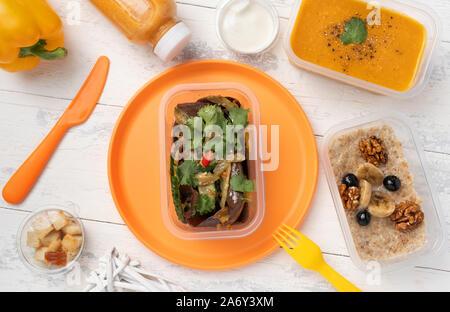 Partie déjeuner avec la soupe aux lentilles salade et du porridge Banque D'Images