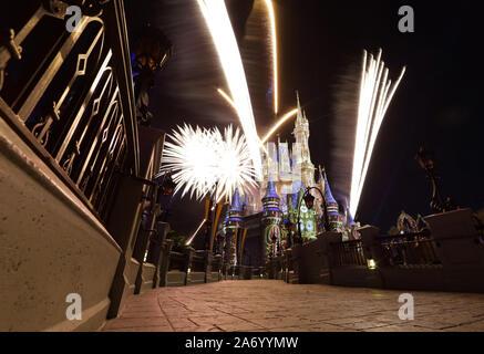 """New York, États-Unis. 29 Oct, 2019. Vous pourrez regarder le feu d'artifice de Magic Kingdom 'heureusement jamais après"""" au parc à thème Walt Disney World Resort et le lundi 29 octobre, 2019 dans le lac Bay en Floride. Walt Disney World a ouvert ses portes le 1 octobre 1971, et fêtera son 50e anniversaire le 1er octobre 2021 et demeure l'une des destinations de vacances les plus populaires dans le monde entier. Photo de John Angelillo/UPI UPI: Crédit/Alamy Live News Banque D'Images"""
