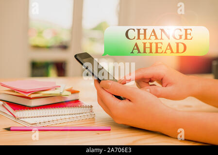 Écrit remarque montrant à venir. Modifier Concept d'affaires pour remplacer avec ou échange d'une autre devenir femme en utilisant différentes technologies et smartphone Banque D'Images