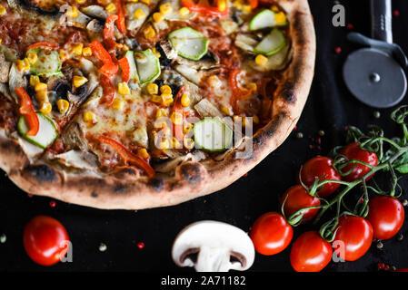 Pizza italienne avec tomates cerises, basilic frais et fromage gorgonzola Banque D'Images