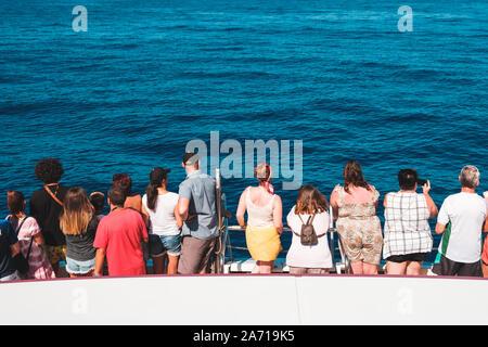 Tenerife, Espagne - Août, 2019: Groupe de personnes sur le bateau de derrière à la recherche sur l'océan sur une tour d'observation des baleines Banque D'Images
