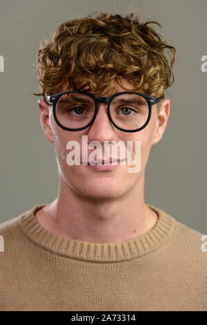 Face of young handsome man with eyeglasses looking at camera Banque D'Images