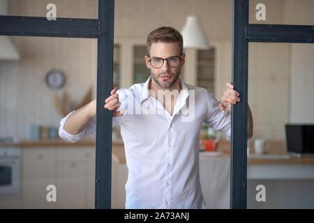 Businessman sentiment excité avant de prendre la route de l'office de tourisme Banque D'Images
