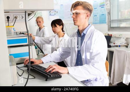 Portrait de l'homme et de la femme en blouse blanche les scientifiques travaillant au laboratoire de biochimie Banque D'Images