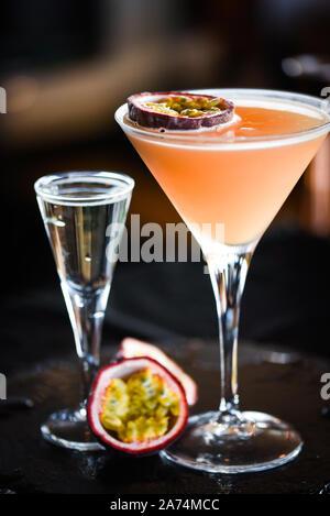 Fruit de la passion & prosseco savoureux cocktail avec fruits frais, prosseco et flocons de glace