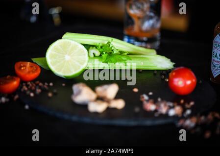 Bloody se marier avec cocktail de jus de tomates fraîches, le céleri et épices Banque D'Images