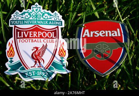 """6 septembre 2019, Londres, Royaume-Uni. Emblèmes de clubs de football anglais """"arsenal F.C. Londres et Liverpool sur la pelouse verte de l'herbe. Banque D'Images"""