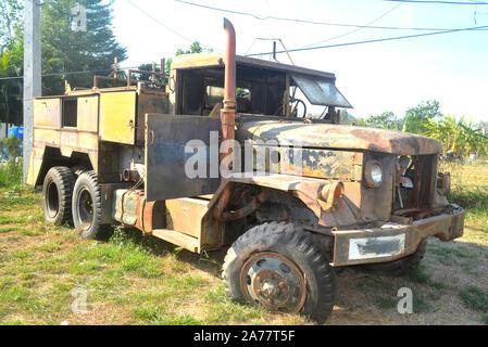 Un camion rouillé abandonné QUE J'ai trouvé sur le bord de la route à Cha Am Asie Thaïlande Hua Hin Banque D'Images