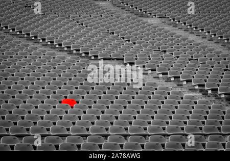 Stade de football avec des sièges vides. Chaise en plastique rouge vide en suspens au stade de football. Rangée de banc inoccupé au stade. Sièges réservés