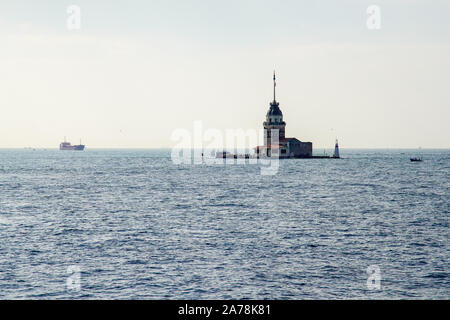 La tour de la jeune fille et est un tour dans le détroit du Bosphore au large de la côte d'Istanbul, Turquie. Banque D'Images