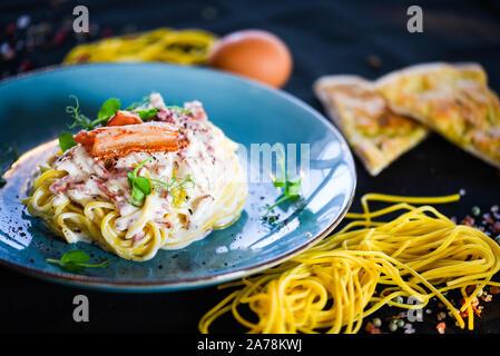 savoureux spaghetti italien frais carbonara avec de délicieux ingrédients - oeufs, jambon, crème et épices Banque D'Images