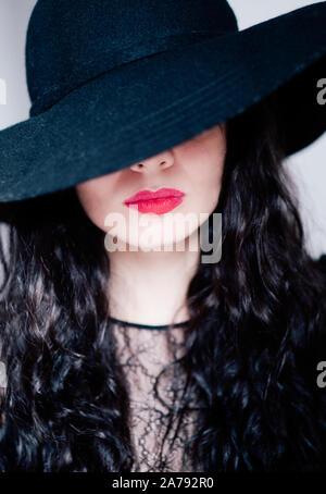 Belle jeune femme portant un chapeau noir Banque D'Images