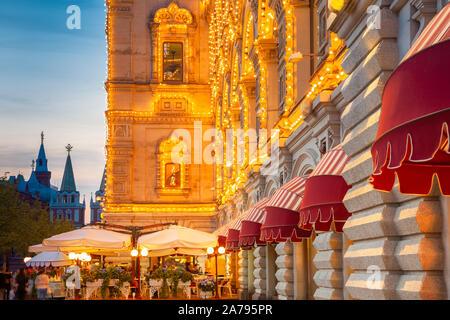 Café de la rue près de la gencive, departmant magasin situé sur la Place Rouge, Moscou, Russie Banque D'Images