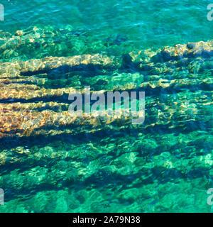 Surface de l'eau avec ondulation et la mer au-dessus du fond rocheux naturel - abstract background Banque D'Images
