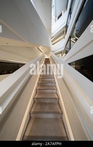 Intérieur de l'architecture moderne de PolyU School of Design Jockey Club Innovation Tour à Hong Kong Polytechnic University, Hong Kong. Architecte Zaha