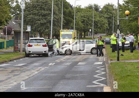28 juillet 2016 - services d'urgence assister à un grave accident de la route, RTA, à la suite d'un accident de voiture sur la tête dans l'ouest de Hul, East Yorkshire, UK.