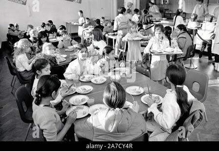 Les repas scolaires, Stanley Junior School, Nottingham Novembre 1986 UK Banque D'Images