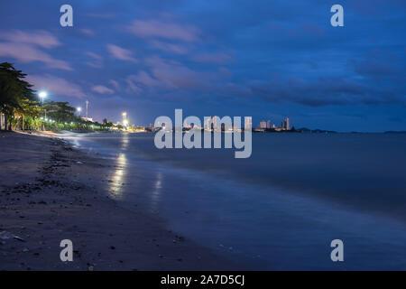 Pattaya en Thaïlande sur la plage à l'heure bleue.