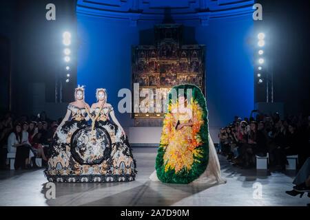 V&A, Londres, Royaume-Uni. 1er novembre 2019. Guo Pei de la toute première piste au Royaume-Uni, organisé pour célébrer le 20e anniversaire de la V&A's Fashion in Motion series. En prenant place dans le cadre spectaculaire de la galerie du musée, Raphael, les modèles colorés d'usure des pièces des designers' AW 2019-2020 Univers Couture collection. Crédit: Guy Bell/Alamy Live News Banque D'Images