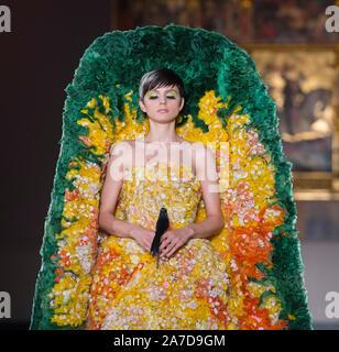 V&A, Londres, Royaume-Uni. 1er novembre 2019. Guo Pei, l'un des plus célèbres designers, tient sa première piste toujours au Royaume-Uni, organisé pour célébrer le 20e anniversaire de la V&A's Fashion in Motion, dans le cadre spectaculaire de la galerie du musée, Raphael, les modèles colorés d'usure des pièces des designers' AW 2019-2020 Univers Couture collection. Credit: Malcolm Park/Alamy Live News. Banque D'Images