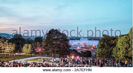 Concert en plein air d'une nuit d'été de la magnifique jardins du Palais Schonbrunn avec l'Orchestre philharmonique de Vienne en juin 2018 Banque D'Images