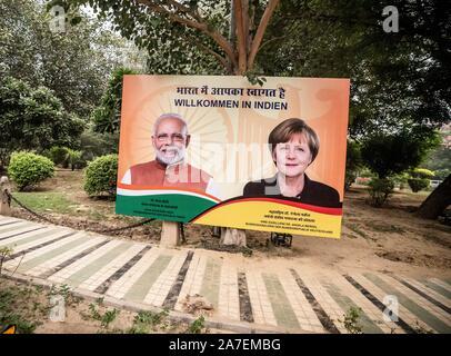 Delhi, Inde. 09Th Nov, 2019. Un grand poster avec l'image de la Chancelière Angela Merkel (CDU) et de Narendra Modi, le Premier Ministre de l'Inde, peut être vu sur la route. Angela Merkel est en Inde pour l'German-Indian consultations du gouvernement. Crédit: Michael Kappeler/dpa/Alamy Live News Banque D'Images