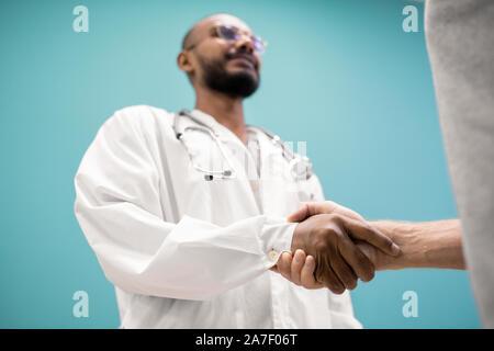 Poignée de jeunes cliniciens-de blanchons et de son patient récupérés Banque D'Images
