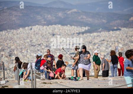 Athènes capitale de la Grèce vue du monument ruines du temple du Parthénon de l'acropole d'Athènes, situé au sommet d'une colline rocheuse, surplombant la ville d'Athènes
