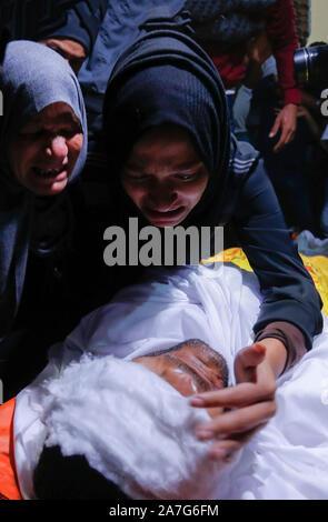 (NOTE de l'ÉDITEUR: Image représente la mort)proches grieve à côté de Ahmed al-Shehri's corpse pendant la procession funéraire après la frappe aérienne dans le sud de la bande de Gaza.