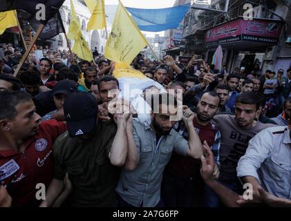 (NOTE de l'ÉDITEUR: Image représente la mort)pleureuses portent le corps d'Ahmed al-Shehri pour un cortège funèbre après la frappe aérienne dans le sud de la bande de Gaza.