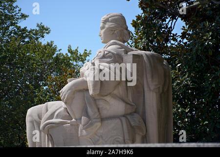 Colonnes à la National Archives sur Constitution Avenue à Washington DC