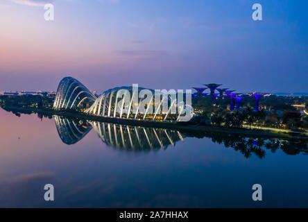 Tôt le matin, panorama de l'antenne et Dome Dome Fleur nuage avec Supertree grove reflète dans Marina Bay à Singapour Banque D'Images