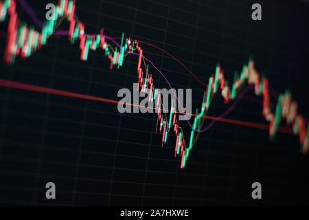 L'investissement, du commerce, des finances et de l'analyse de stock, concept. Tableau d'affaires avec tendance à la ligne graphique, diagramme à barres et boursier sur fond de couleur bleu Banque D'Images