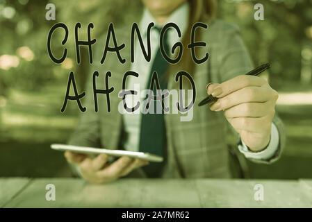 Écrit remarque montrant à venir. Modifier Concept d'affaires pour remplacer avec ou échange d'une autre devenir différentes femmes d'affaires personne assise par tab Banque D'Images