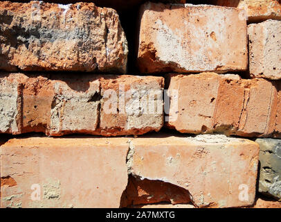 Brique de texture, couleur jaune, l'arrière-plan, la structure en pierre bordée de murs de granit, de grès sur mur de briques de base. Face à des pierres pour la décoration maison. Banque D'Images