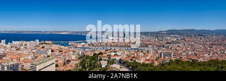 Le port de Marseille. Vue panoramique vue d'été sur les toits avec Marseille Vieux Port et de la mer Méditerranée. Bouches-du-Rhône (13)