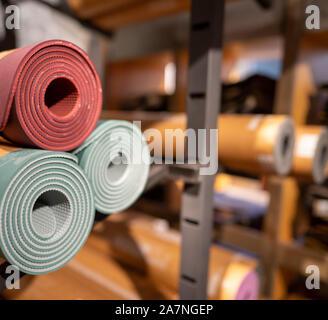 Rouleaux de tapis de yoga empilées en arrière-salle de stockage de l'entrepôt Banque D'Images