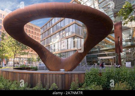La sculpture de 10 tonnes appelé Nimbus par Tristan Al-Haddad est en dehors de la Comté de Hennepin Bibliothèque centrale dans le centre-ville de Minneapolis, Minnesota. Banque D'Images
