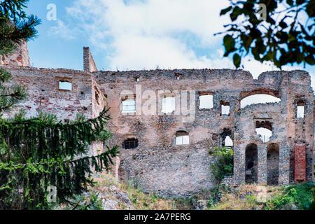 L'ancien château de Beckov. Ruines antiques slovaque.Tematin castle ruins, République slovaque, de l'Europe. Destination Voyage.Backov Château, village Beckov Banque D'Images