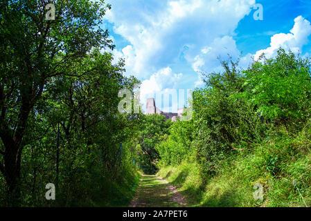 L'ancien château de Beckov. Ruines antiques slovaque.Tematin castle ruins, République slovaque, de l'Europe. Destination Voyage.Vue sur le château de la green Banque D'Images